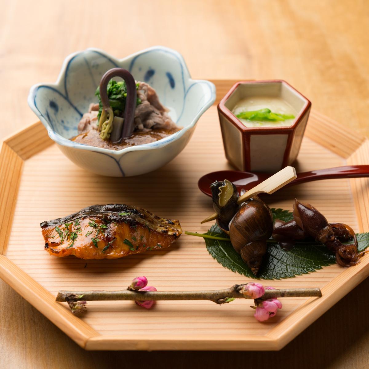 八寸|宮崎牛のしゃぶしゃぶ、ホワイトアスパラの冷製茶碗蒸し、桜鱒の木の芽焼き、蛍いかの生姜煮、バイ貝の旨煮