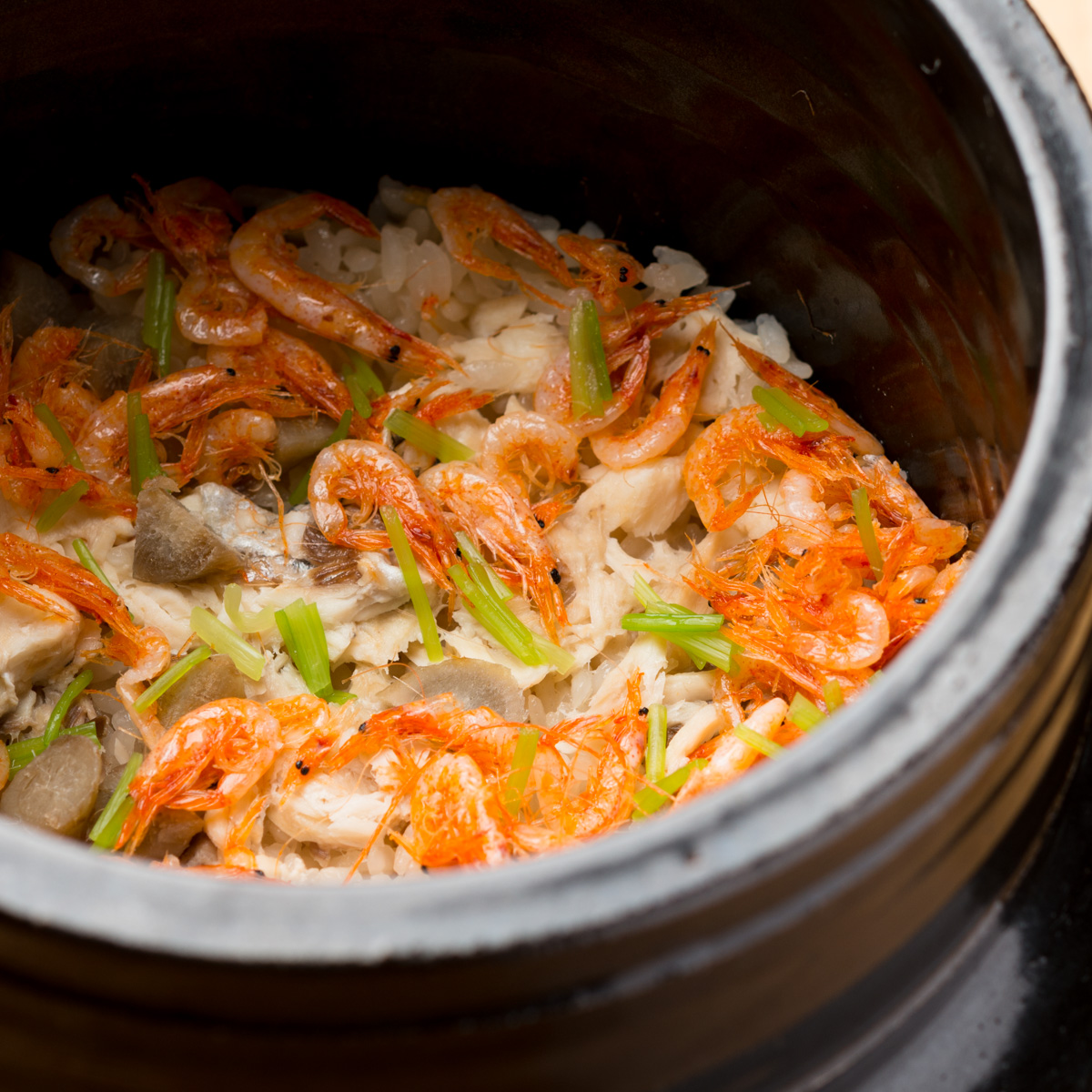 御飯物|鯛と桜海老と新ごぼうの炊き込み御飯、わかめの赤出汁