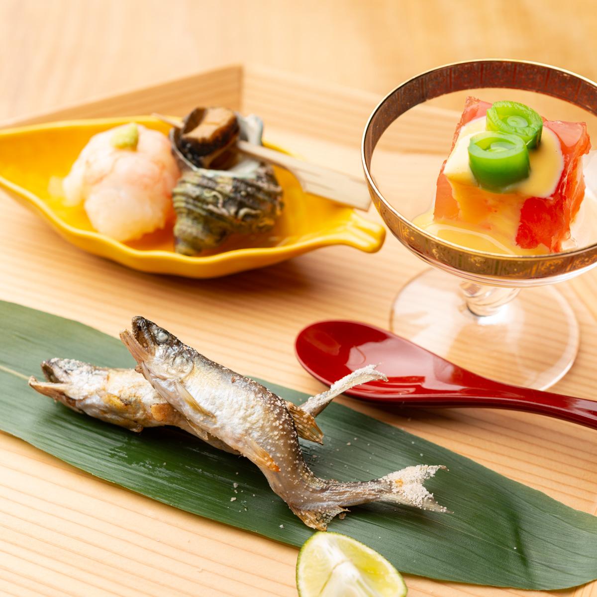 八寸|稚鮎の塩焼き、甘海老の手まり寿司、姫さざえの旨煮、フルーツトマトの黄身酢