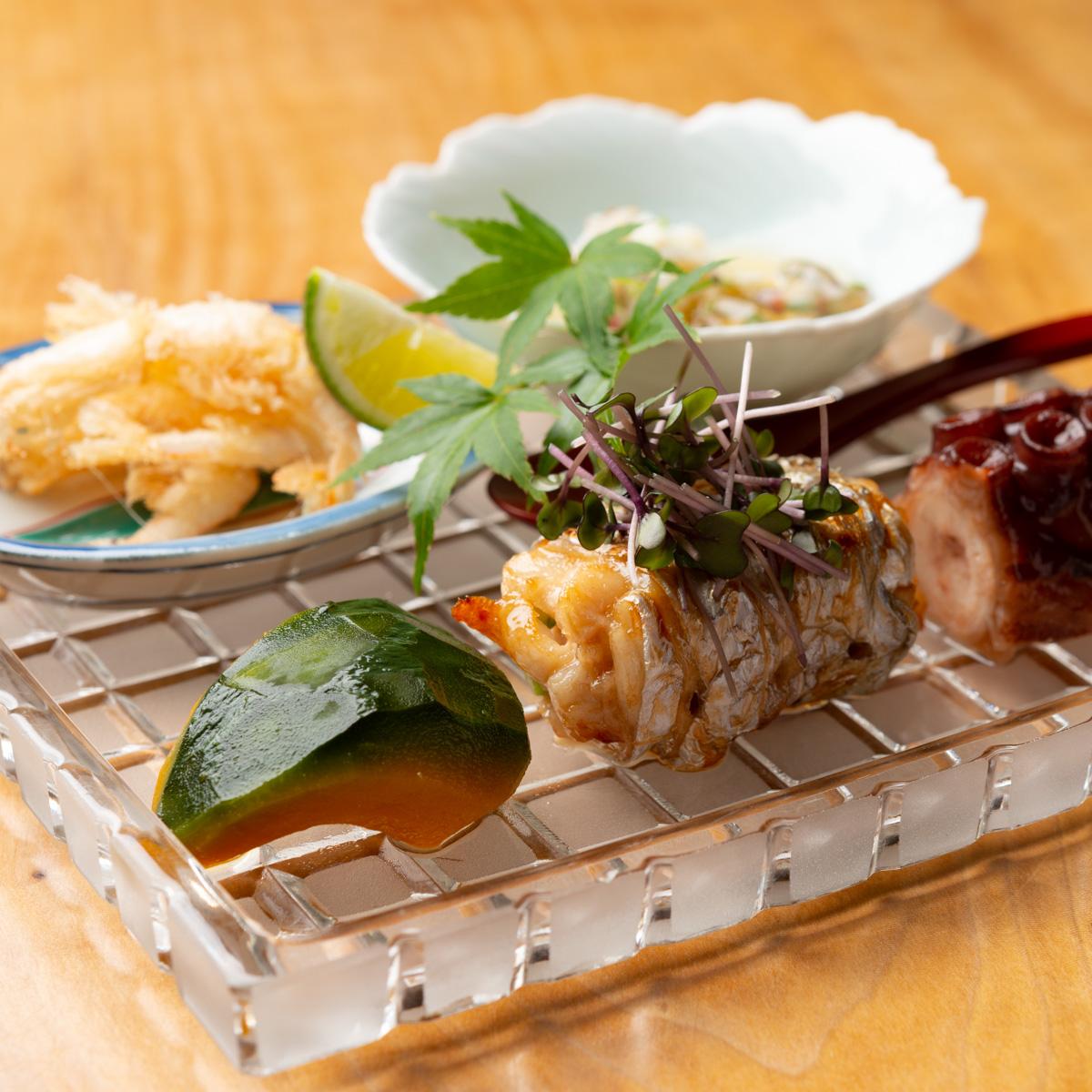 八寸|白海老の唐揚げ、渡り蟹とじゅん菜の土佐酢、坊ちゃんかぼちゃの旨煮、太刀魚のアスパラ巻き、たこのやわらか煮